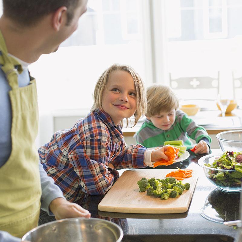 Un papa et ses garçons cuisinent