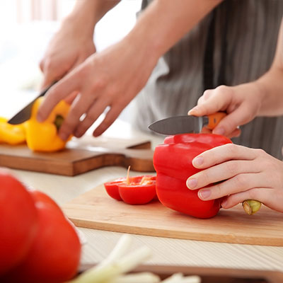 Mains qui coupent des légumes